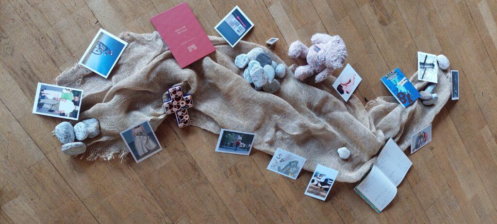 Deko mit Gegenständen und Bildern zu Lebensereignissen.